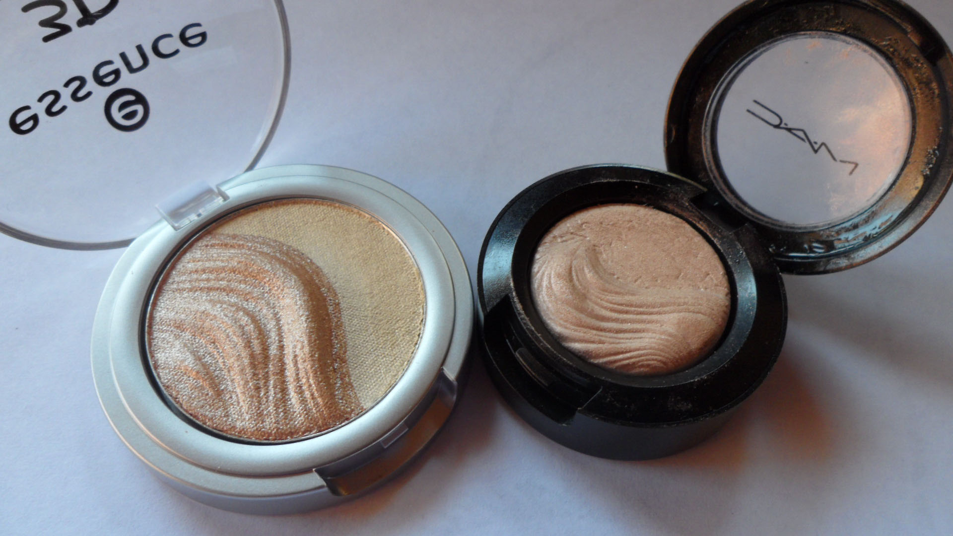 On the left Essence 3D and on the right MAC Extra Dimension eye shadow in A Natural Flirt.