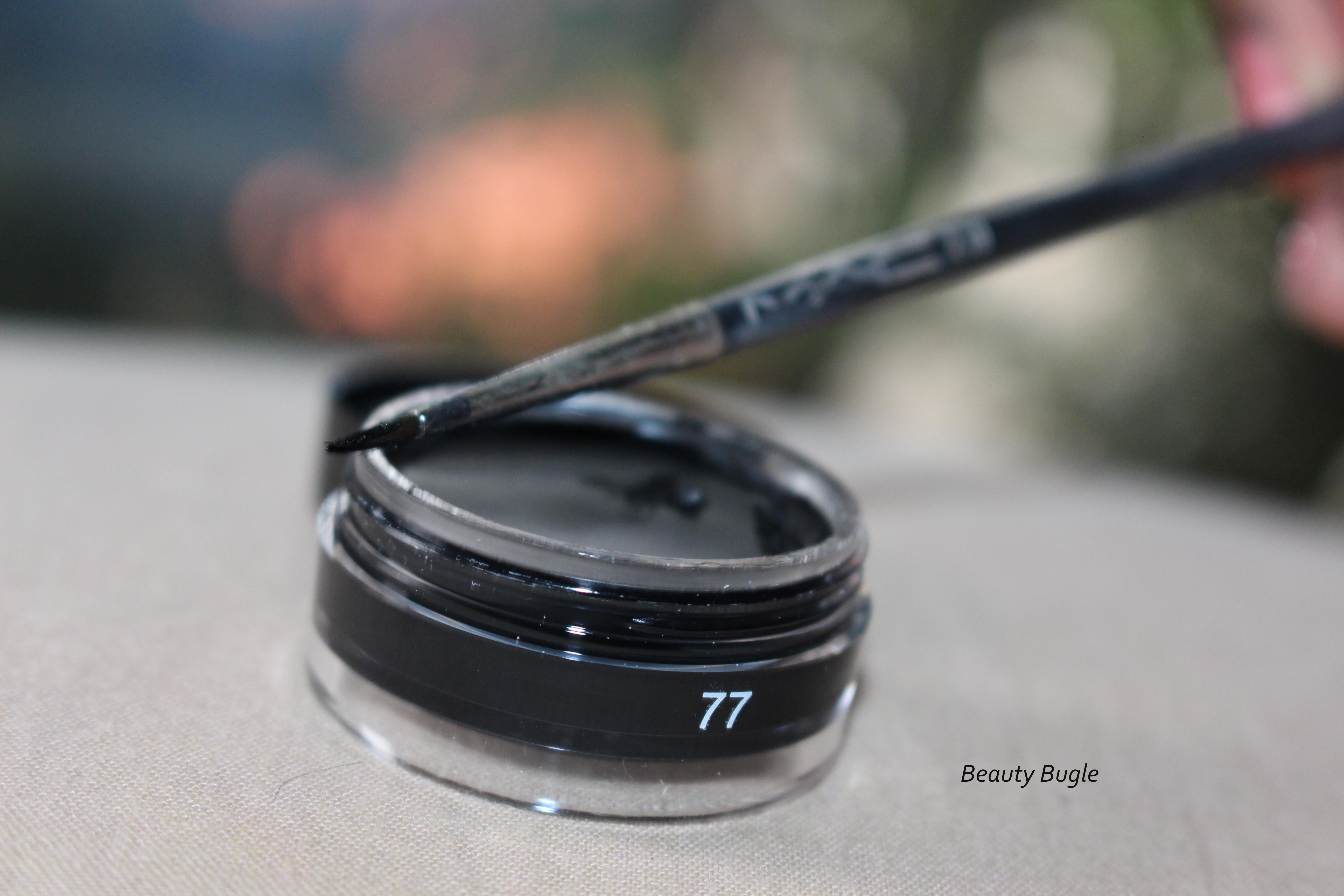 The MAC 210 eyeliner brush faired well in applying the Inglot Eyeliner Gel 77.